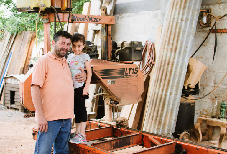 Gabriel y su hija en frente de su LT15