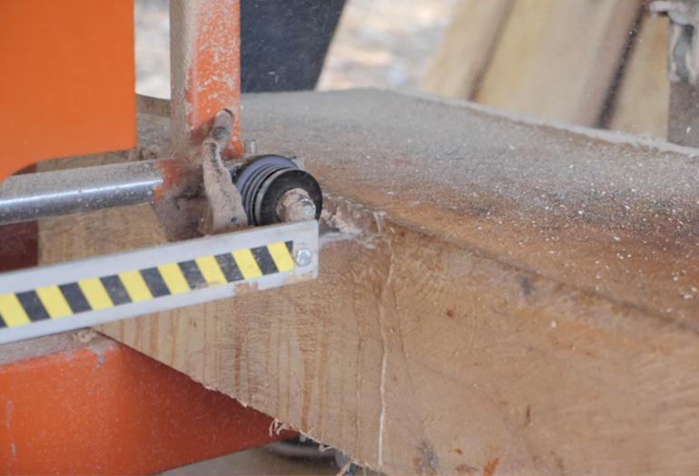 LT15 sierra cortando