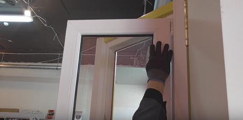 Что делать, если пластиковое окно открылось в двух положениях,
