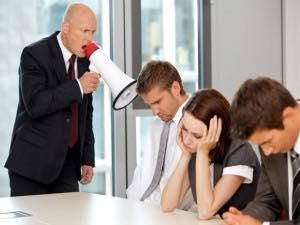 Если начальник является инициатором неблагоприятного климата в компании, то данный моббинг еще называют боссингом