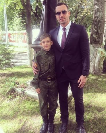 Своего сына Данилу он учит быть настоящим мужчиной
