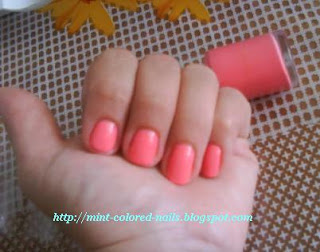 Mint colour nails
