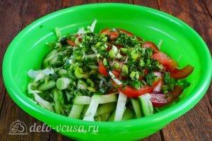 Салат из капусты, огурцов и помидоров: Добавить зелень и чеснок