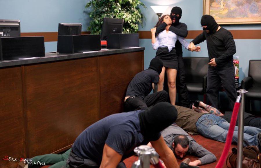 Групповое изнасилование в офисе