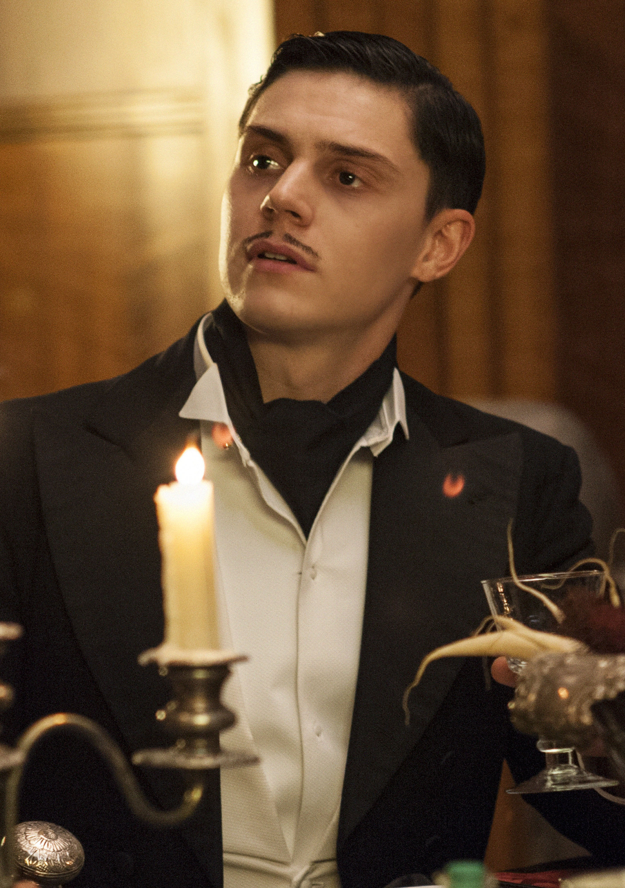 http://res.cloudinary.com/drhogimde/image/upload/v1581761558/american-horror-story-hotel-evan-peters-04.jpg