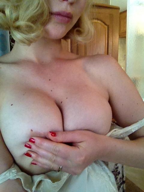 leaked pic of jennifer lawrence grabbing her big tits