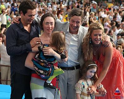 Михаил Ефремов с женой Софьей и детьми