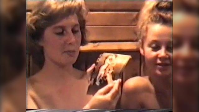 Женщина с волосатой пиздой трахается в сауне