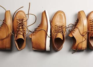 Выкладка обуви в магазине фото