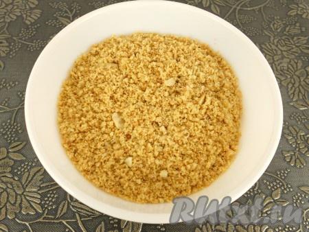 Арахис остудить и измельчить (отлично измельчаются орехи в кофемолке).