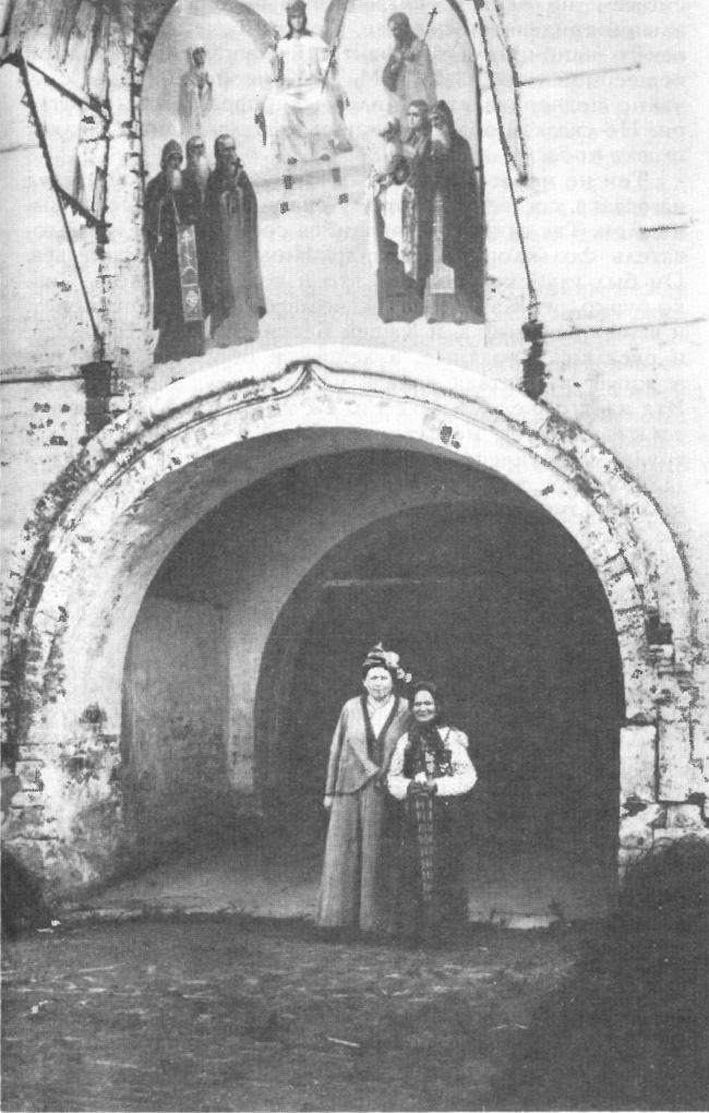 Сказительница М. Д. Кривополенова и собирательница О. Э. Озаровская. 1915 г.