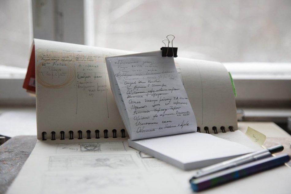 Несколько открытых блокнотов на столе с записями списков дел по флай леди