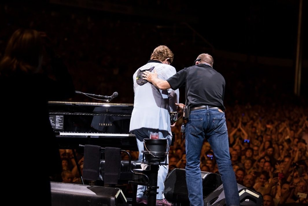 Элтон Джон вышел на сцену с пневмонией и не смог закончить концерт