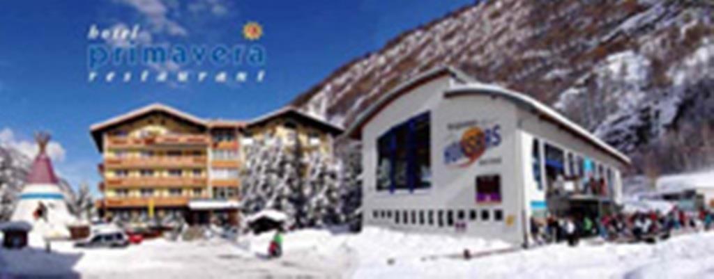 Hotel Winterbild mit Bahn