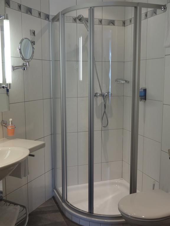 Dusche Doppelzimmer Ost