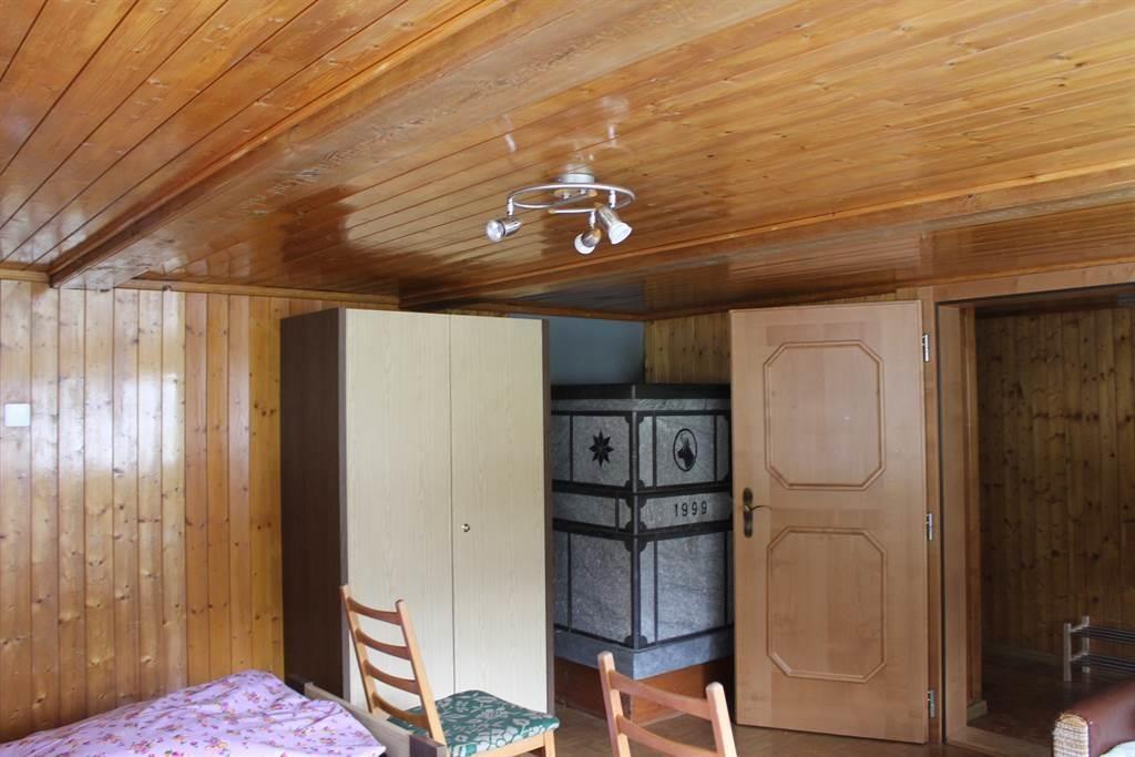 grosses Schlafzimmer mit Gildsteinofen