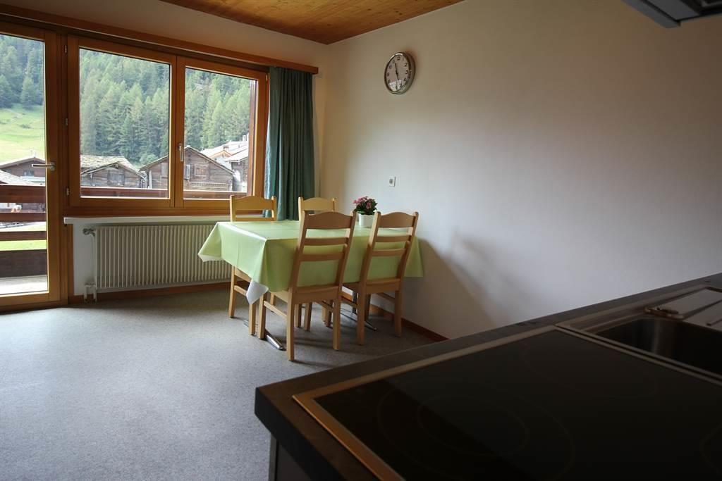 Küche mit Esstisch und Balkon Wohnung 6