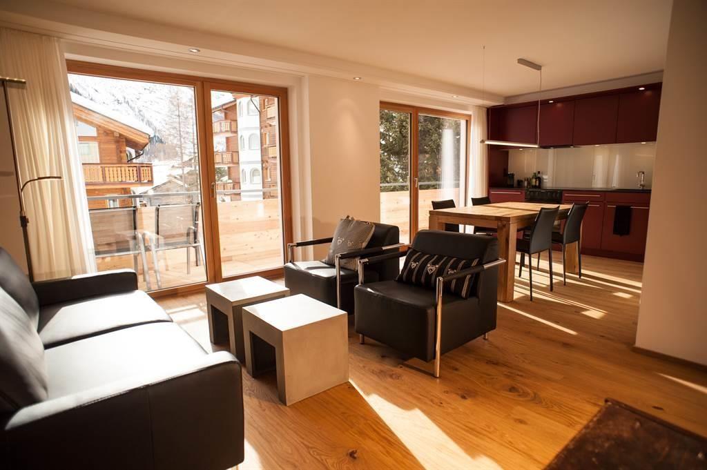 Wohn-/Essraum mit Küchenzeile u Balkon