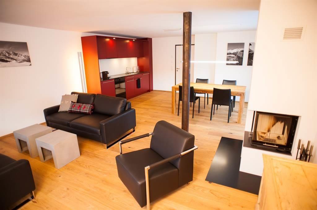 Wohnraum mit Kamin und Wohnküche