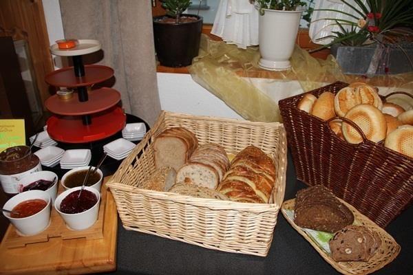 Frühstücksbuffet mit hausgemachte Konfi