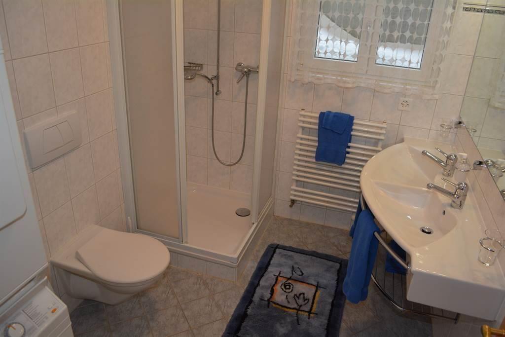 Dusche/WC mit Waschmaschine & Tumbler