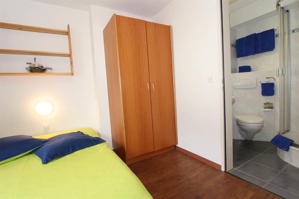 Schlafzimmer mit Dusche/WC