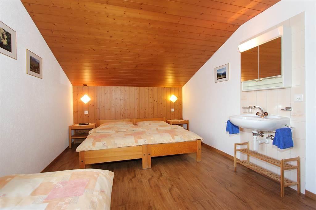 Dreibettzimmer mit Lavabo