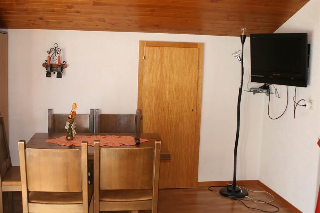 Wohnschlafzimmer mit Fernseher