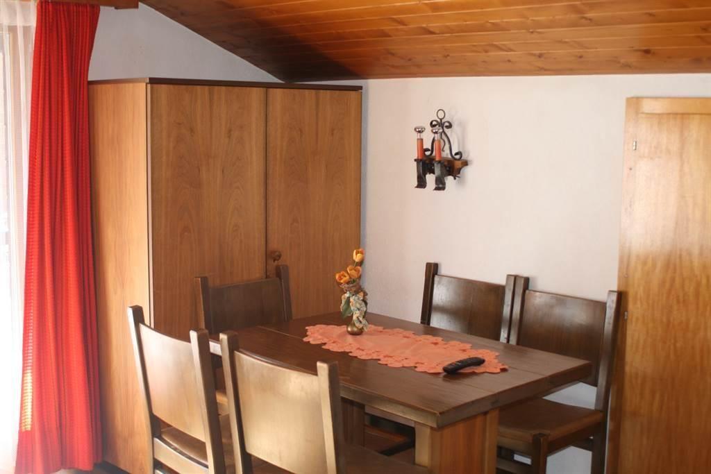 Wohnschlafzimmer mit Esstisch