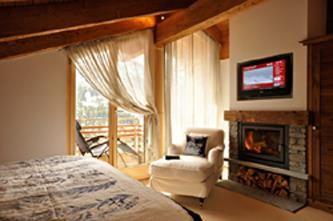 Schlafzimmer mit Cheminée