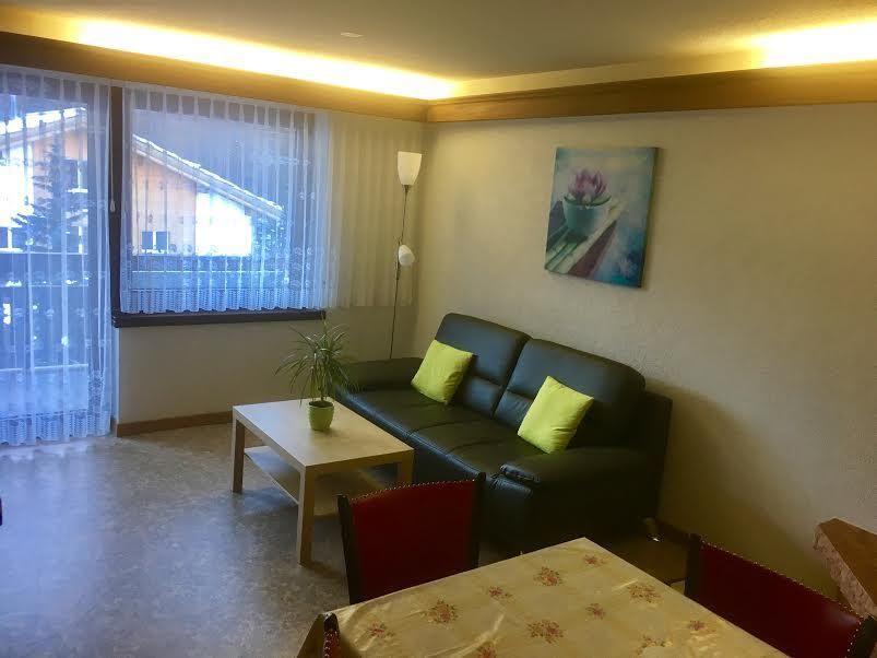 Wohn-Esszimmer mit 2 Wandklappbetten