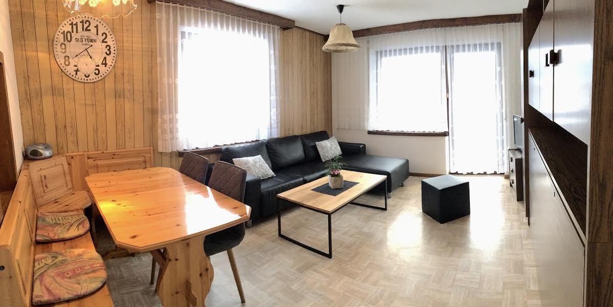 Wohn-Esszimmer mit Wandklappbett