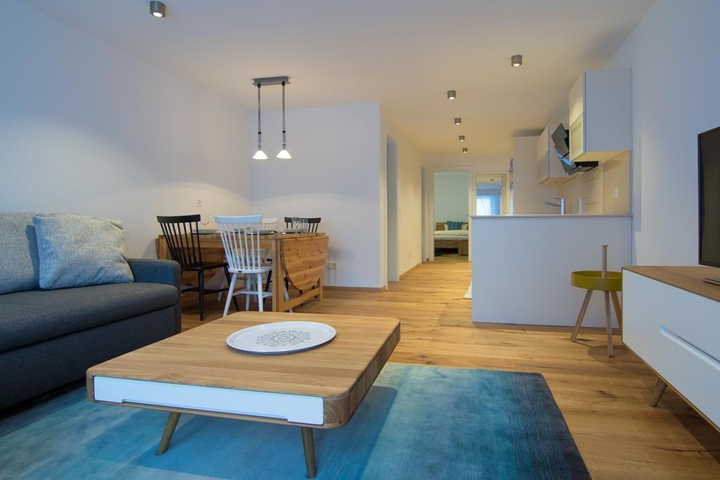 Wohnzimmer, Esstisch und Küche