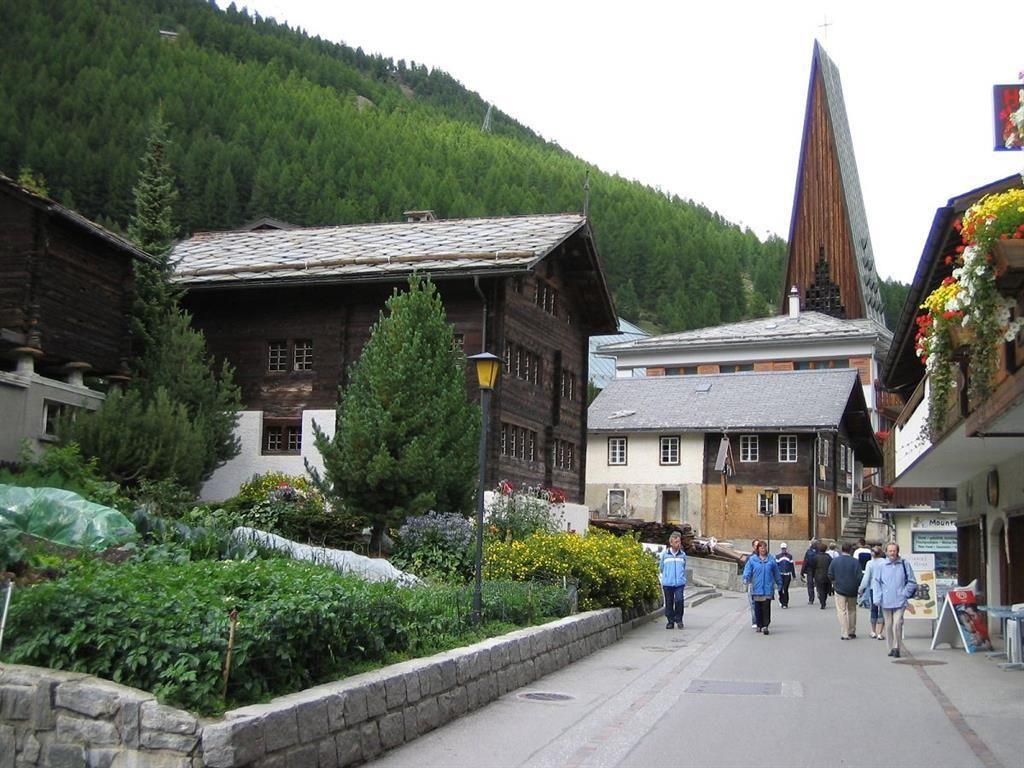 Dorfstrass mit Kirch