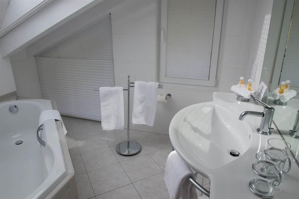 Badezimmer mit Badewanne im Obergeschoss