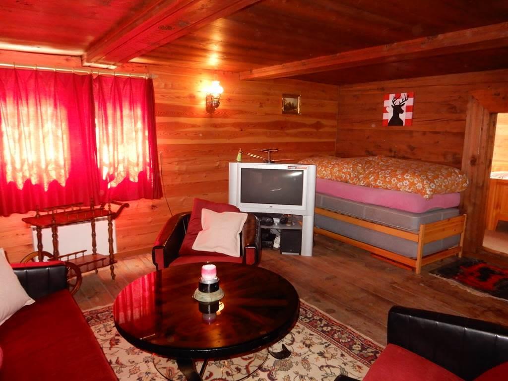 Betten Wohnzimmer aufeinandergestapelt