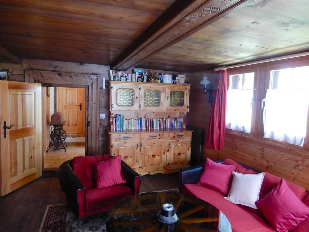 Wohnzimmer mit Türe zum Gang offen