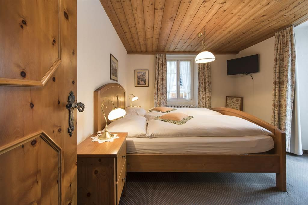 Suite 2_Schlafzimmer 1_Sunstar Hotel Saas-Fee_Orig