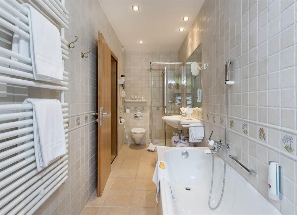 Familienzimmer Komfort_Bad_Sunstar Hotel Saas-Fee_
