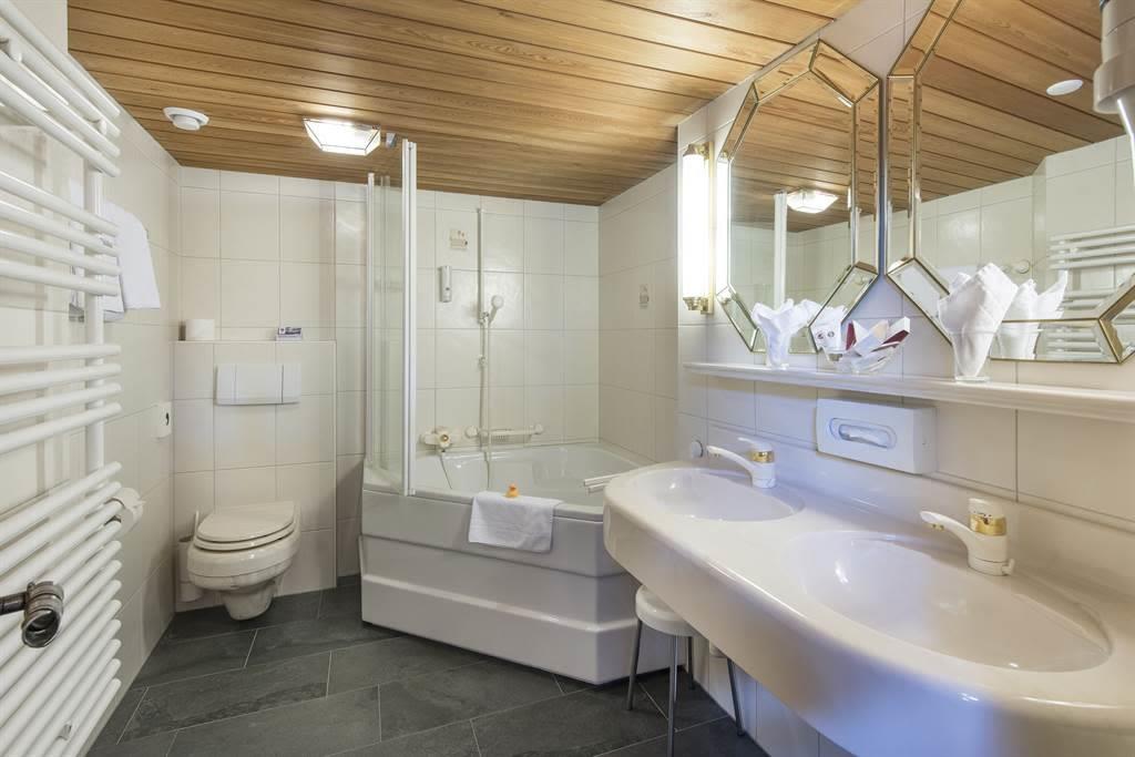 Doppelzimmer Komfort_Bad 1_Sunstar Hotel Saas-Fee_