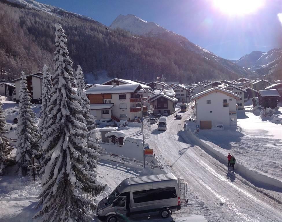 Ausblick ins Dorf Saas-Almagell im Winter