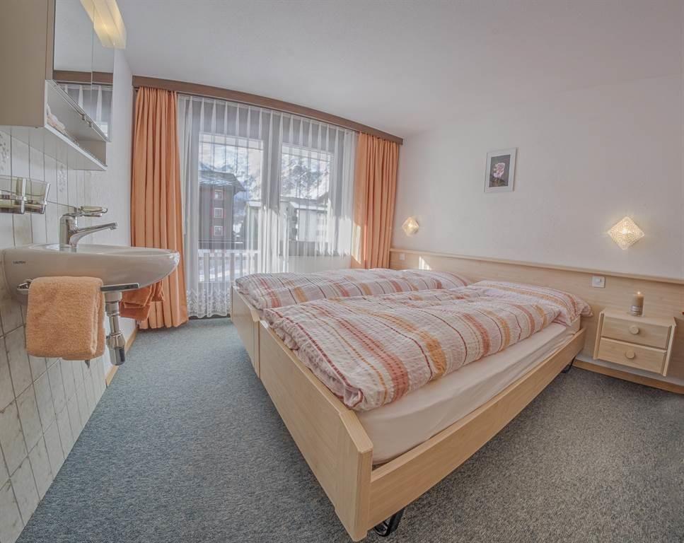 Bergrose 3 Zimmerwohnung Schlafzimmer mit Lavabo01