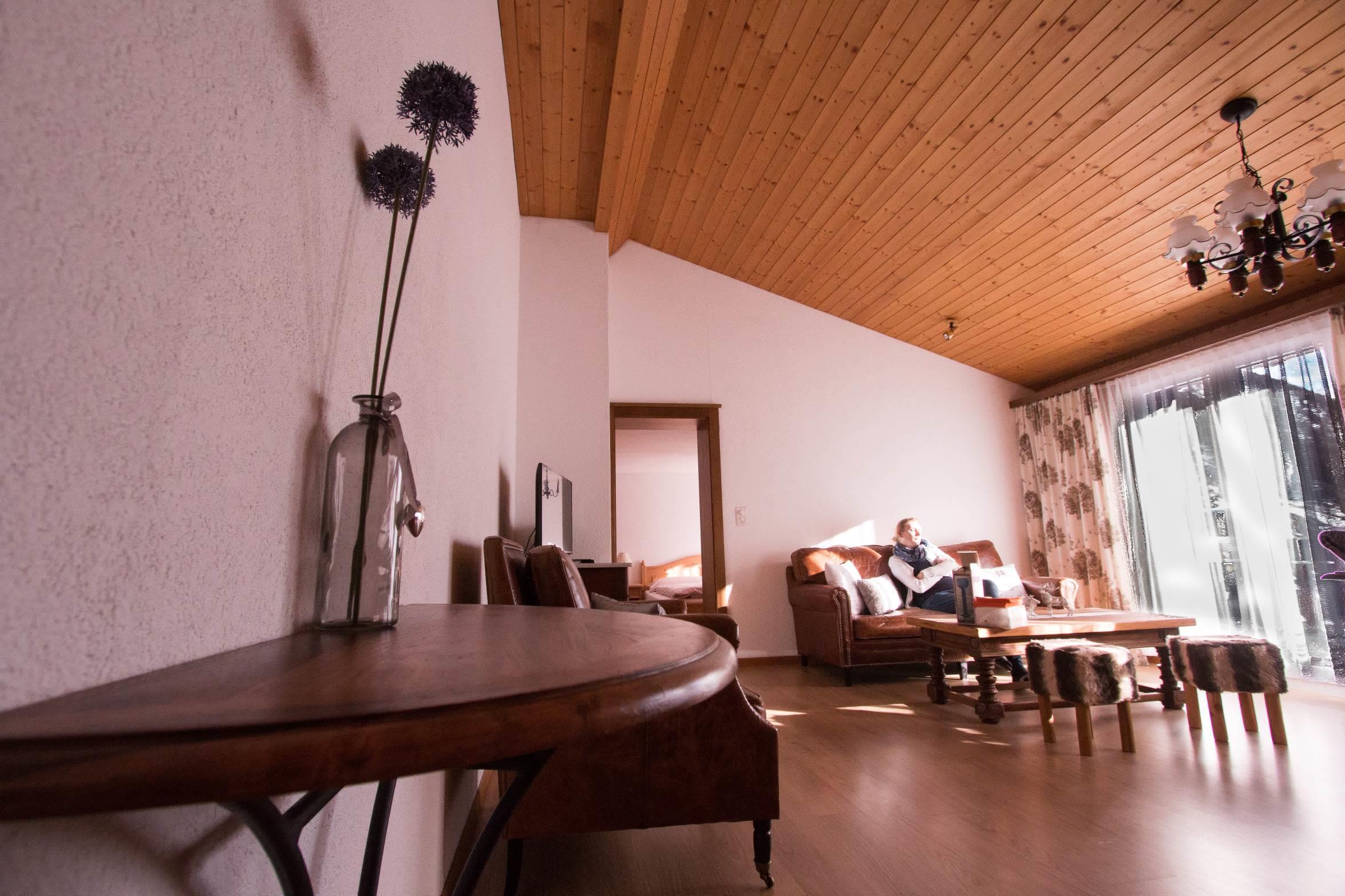 Wohnzimmer vom Flur mit Sofa - Ferienwohnung Alphu