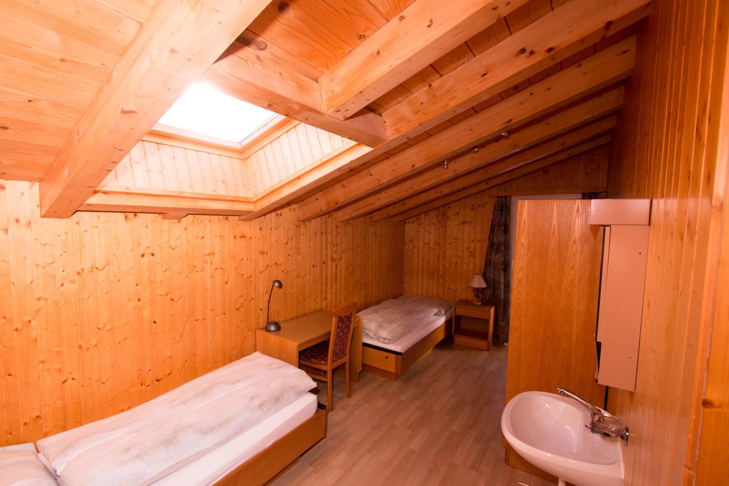 Kinderzimmer mit Lavabo vom Wohnzimmer - Ferienwoh
