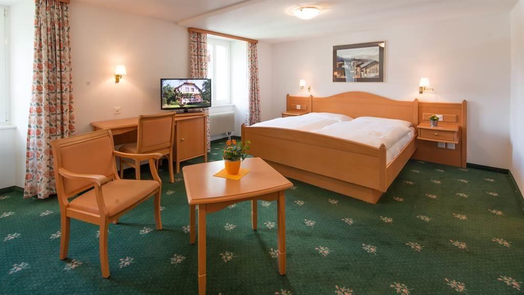 hotel_portjengrat_saas_almagell_zimmer_sitzecke_tv