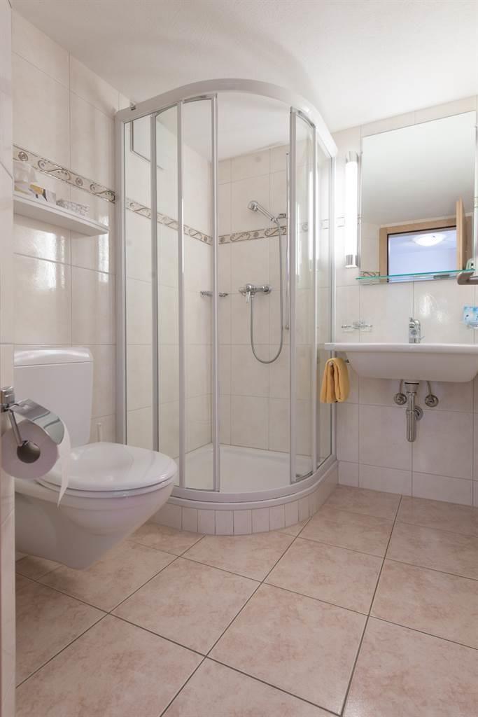 Dusche, WC und Haarfön
