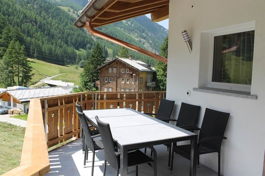Balkon mit Esstisch