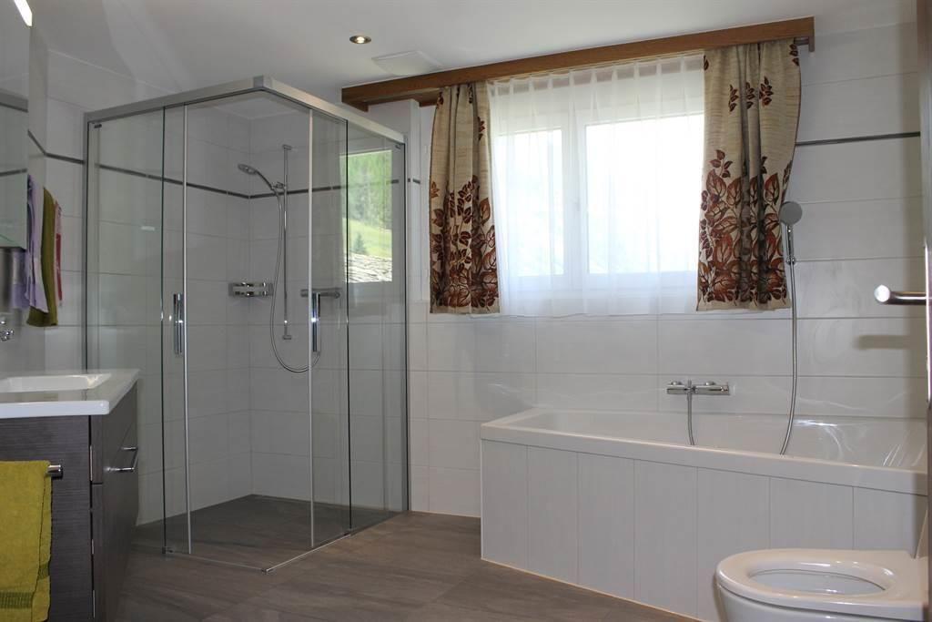 grosses Badezimmer mit Eckbadewanne, Dusche und WC