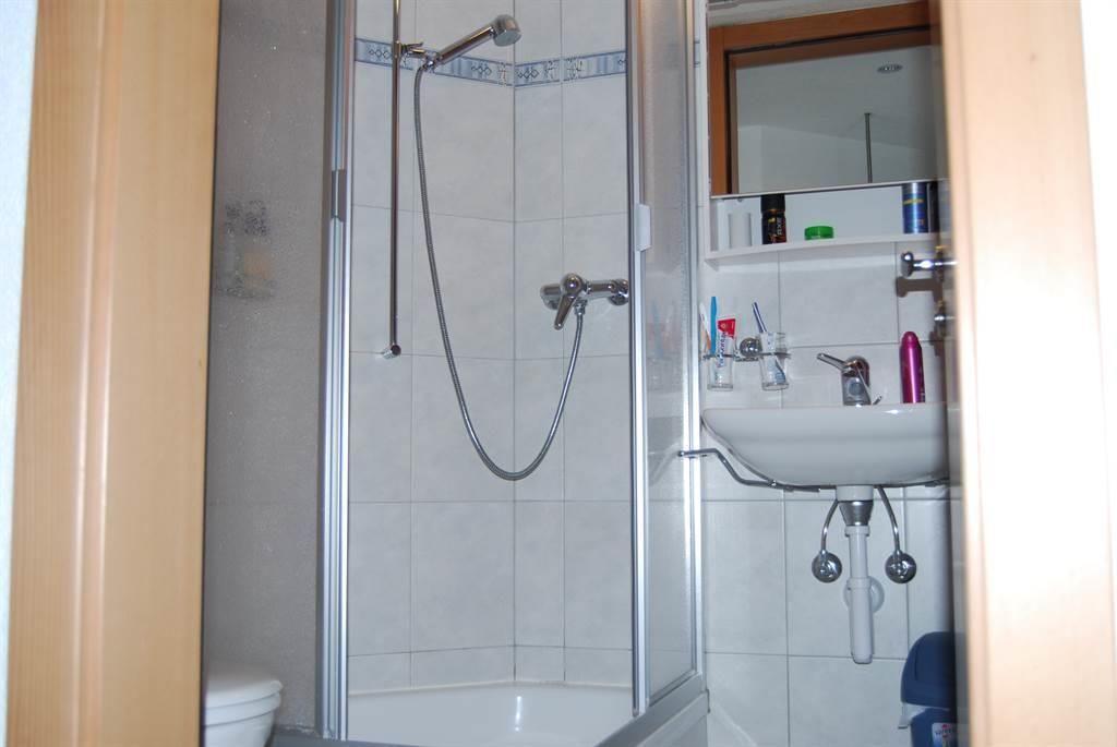 Kleine Badezimmer mit Douche, Lavabo und WC