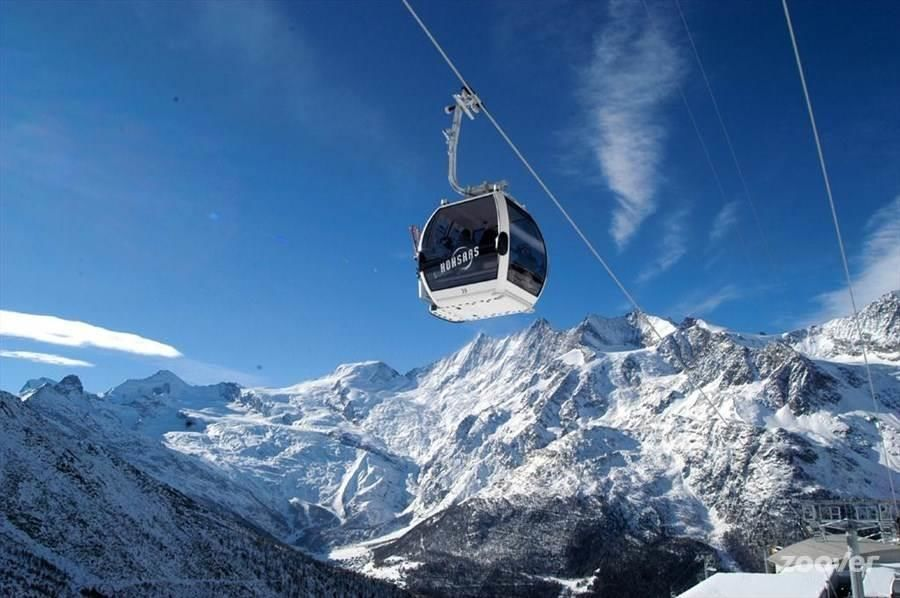 Bergbahnen-Hohsaas-oberhalb-Saas-Grund-mit-Blick-a